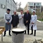 Wir kochen Plov zusammen mit den Studenten