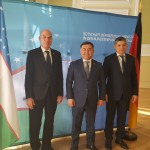 S.E. Botschafter der Republik Usbekistan Nabijon Kasimov (mitte), Dr. Colin Dürkop, Präsident der DUsG (links), Ulugbek Shukurov (Sekretär der Botschaft der Republik Usbekistan)