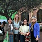 "Frau Galina Astaschova, Geschäftsführerin der Freundschaftsgesellschaft ""Usbekistan Deutschland"" (rechts) mit den Studentinnen"