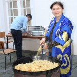 Tolle usbekische Köchin von dem Generalkonsulat der Republik Usbekistan